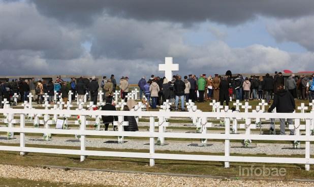 Las familias, durante la entonación de un gaiterio del Royal Regiment of Scotland. Las cruces de sus soldados, detrás