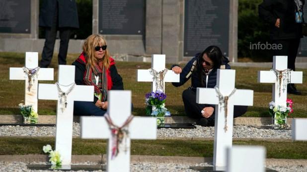 Mabel Godoy (izquierda) visitó la tumba de Víctor Rodríguez, quien fuera su novio al momento de acudir a Malvinas. Junto a ella se encuentra Nora Rodríguez, quien tenía 4 años la última vez que vio al soldado