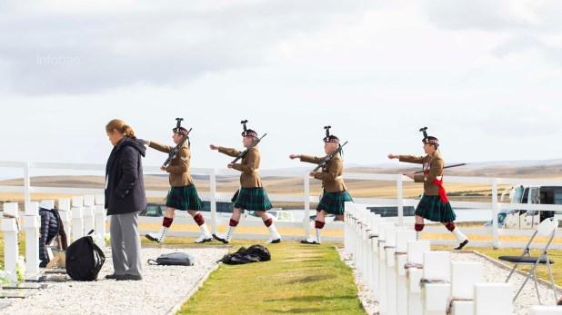 Efectivos de la Guardia Escocesa marchan durante la ceremonia de homenaje a los caídos