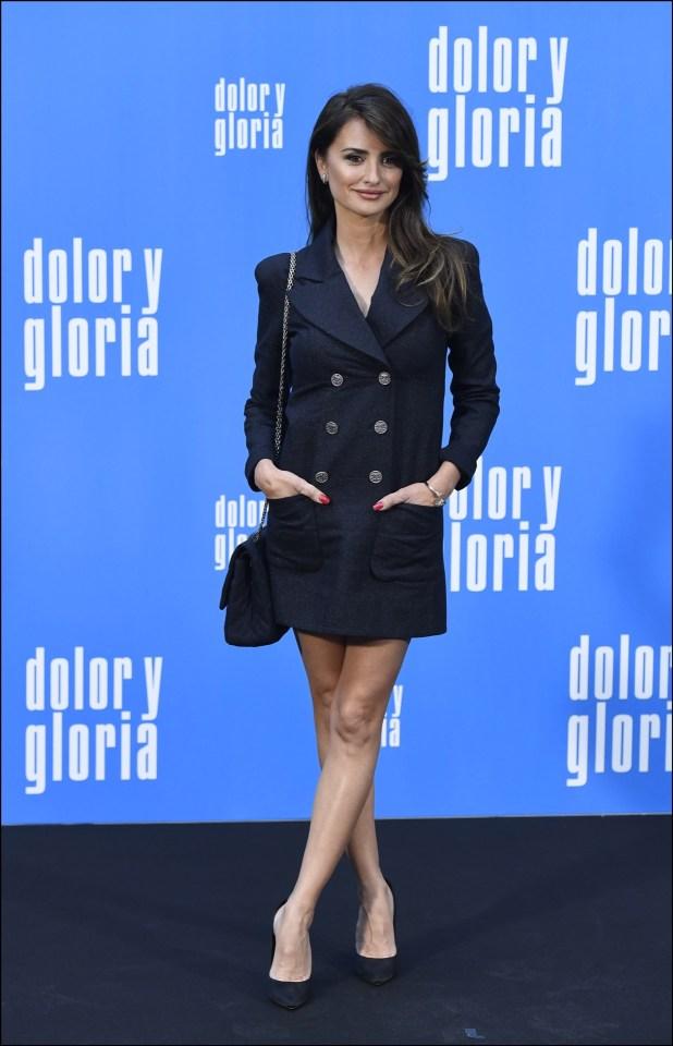 Penélope Cruz con mini vestido y blazer de Chanel, un look comparado con el de Meghan Markle.