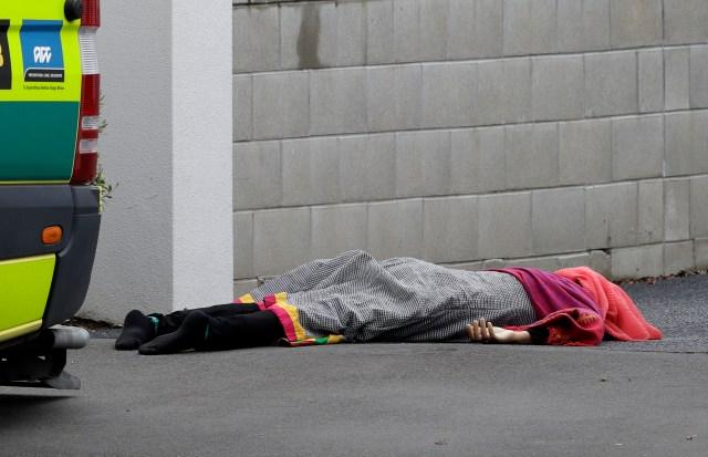 Una de las víctimas mortales en las afueras de la mezquita (AP Photo/ Mark Baker)