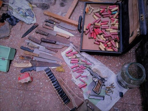 En su casa tenía una pistola con municiones, cartuchos de escopeta y cuchillos