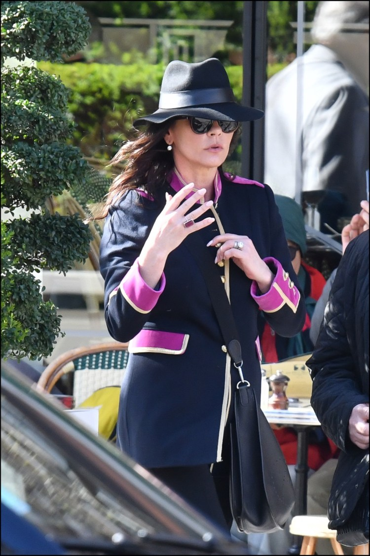 Catherine Zeta Jones vestida con un outfit deGucci.