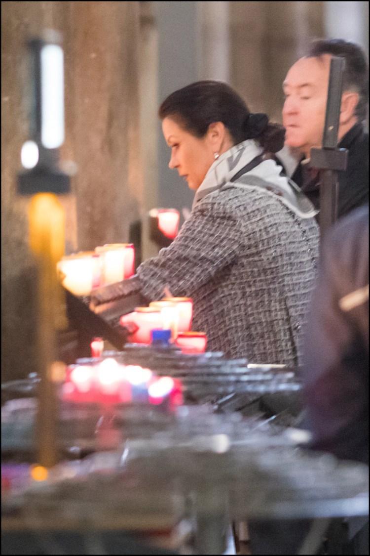 En la catedral de Notre Dame prendió una vela y pidió por su familia.