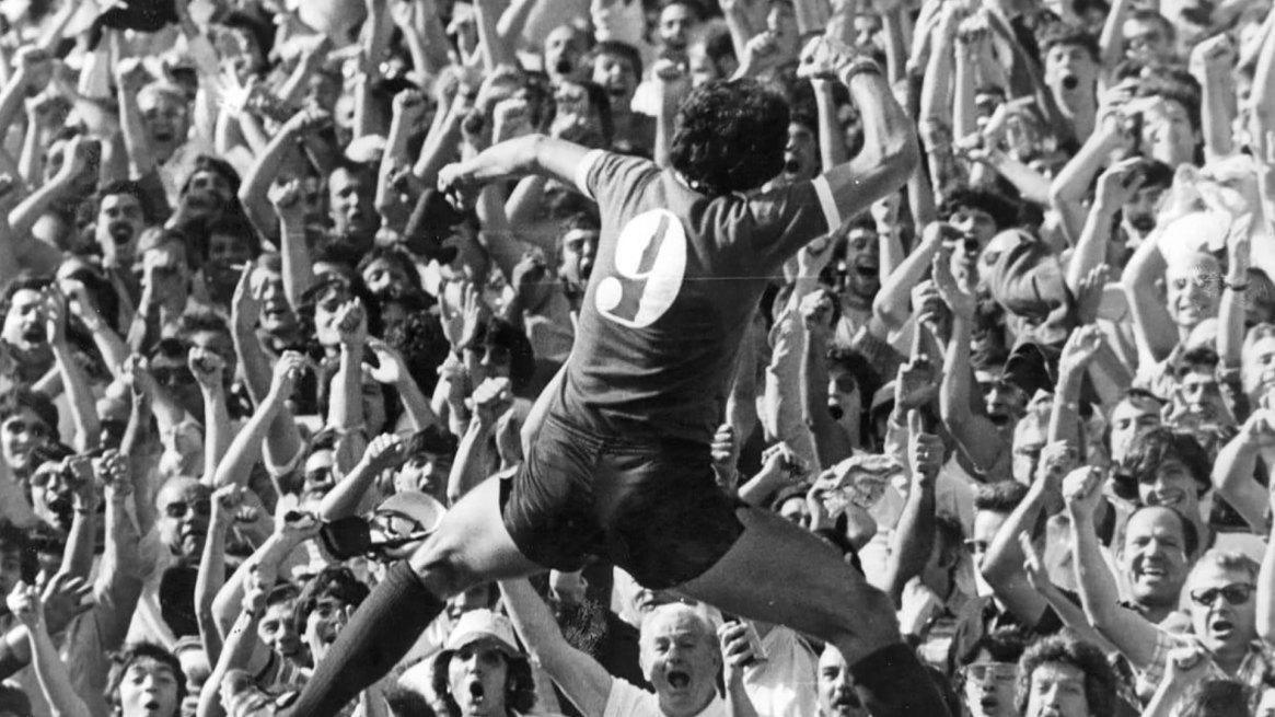 El Puma festeja con el puño cerrado frente a la hinchada de Independiente, dedicándole uno de sus tantos goles para el equipo de Avellaneda.