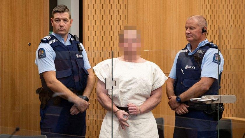 """Al presentarse en un tribunal tras su masacre en Nueva Zelanda el 15 de marzo, Brenton Tarrant realizó con su mano derecha un gesto de la ideología """"White Power"""", de supremacía blanca (Foto: Reuters)"""