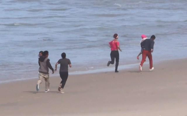 Ante la desesperación de querer cruzar la frontera, familias cruzaron con la esperanza de ingresar a Estados Unidos, sin embargo arriesgan sus vidas ya que agentes de migración pueden dispararles Foto: (Twitter)