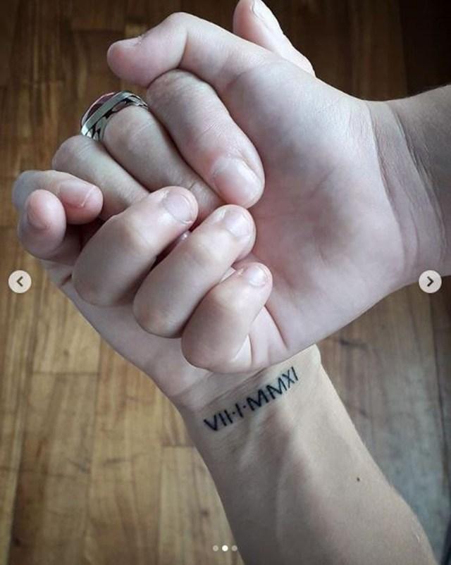 En su cuenta en Instagram publicó las fotos de sus nuevos tatuajes junto a las manos de suschicos