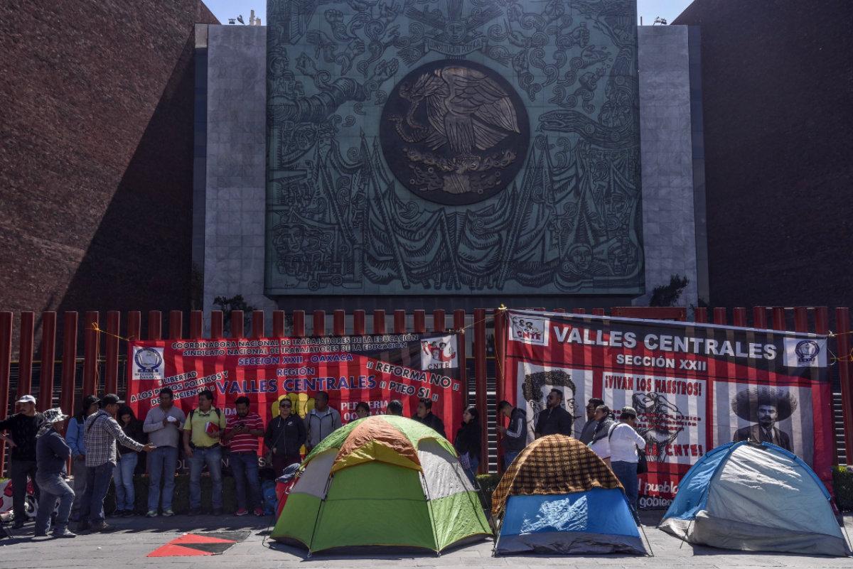 Maestros pertenecientes a la Sección 22 de la Coordinadora Nacional de Trabajadores de la Educación (CNTE) de Oaxaca, bloquearon los accesos principales al recinto de San Lázaro, como forma de protesta para exigirle al gobierno federal su inconformidad con los cambios a la Reforma Educativa (Foto: Cuartoscuro)