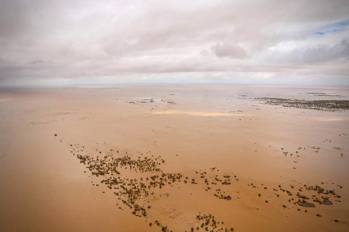 Una vista aérea muestra el avión inundado que rodea Beira, en el centro de Mozambique, el 20 de marzo de 2019, después del paso del ciclón Idai. (Photo by ADRIEN BARBIER / AFP)