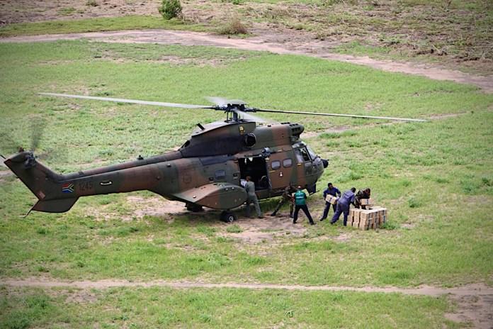 El personal de SANDF (Fuerzas de Defensa de Sudáfrica) entrega ayuda humanitaria en Buzi, en el centro de Mozambique, el 20 de marzo de 2019 después del paso del ciclón Idai. (Photo by ADRIEN BARBIER / AFP)