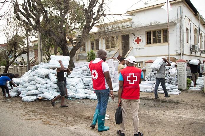 Los equipos de la Cruz Roja reciben suministros de refugio de emergencia en Beira, Mozambique, y se preparan para distribuir ayuda a los sobrevivientes del Ciclón Idai (REUTERS)