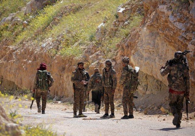 Combatientes de las Fuerzas Democráticas Sirias cerca de Baghouz, el último bastión del Estado Islámico que fue conquistado en marzo (REUTERS/Rodi Said/archivo)