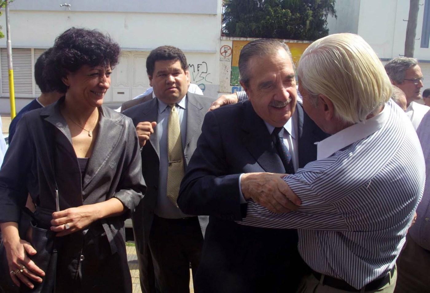 En campaña, junto aDiana Conti, candidata a diputada por la Alianza, reciben el saludo de un simpatizanteen la localidad de Berisso