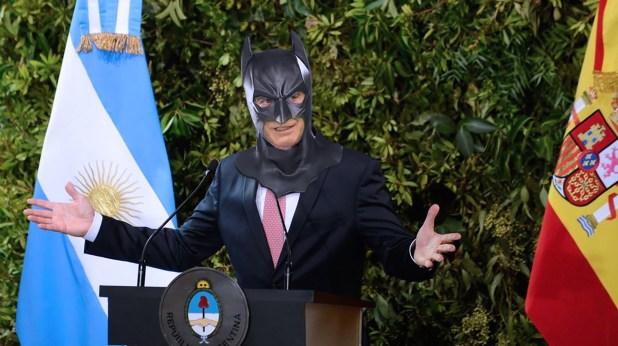 """""""En ningún momento hay más oscuridad que el segundo antes de amanecer"""", deslizó Macri cuando el dólar rondaba los $45. Carcajada generalizada por utilizar una cita de Batman cuando en realidad es del historiadorThomas Fuller. Un editor responsable por ahí."""