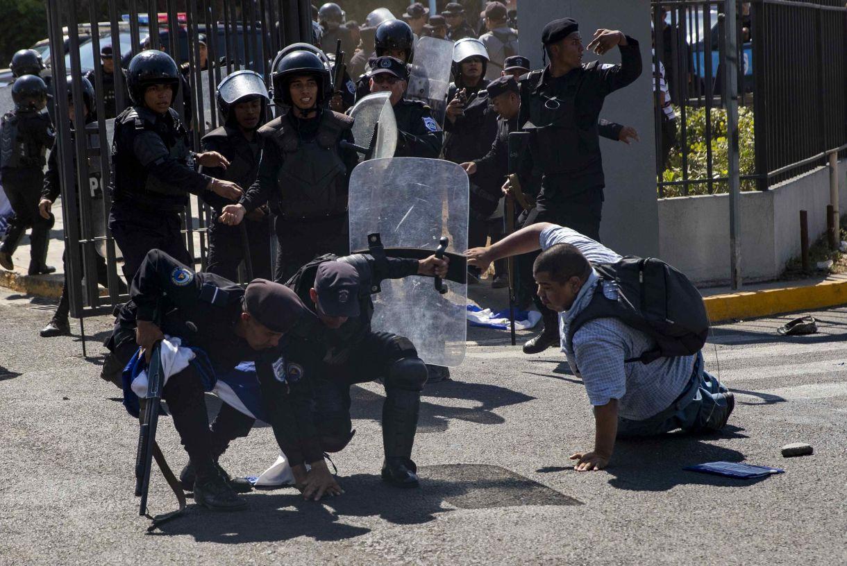 """Policías antidisturbios interrumpen una manifestación fugas o """"piquete express"""" este sábado, en Managua (Nicaragua). El gobierno y la oposición nicaragüense se encuentran en una negociación que permita una salida pacífica a la crisis política del país. (EFE/Jorge Torres)"""