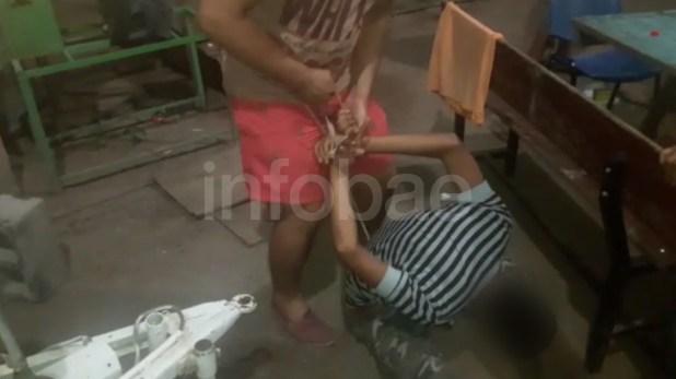 Uno de los abusadores sujeta los brazos de la víctima. El hecho ocurrió el 16 de febrero y fue denunciado el 18 de marzo. Los familiares dicen que ahora la víctima está peor por la viralización del documento