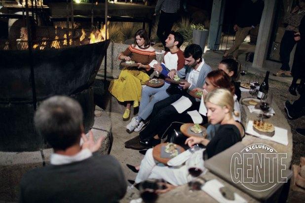 Junto a un fogón, los actores disfrutaron un plato de Tegui compuesto de chivato, lechuga, flores de tomillo y relish de uvas y almendras verdes.