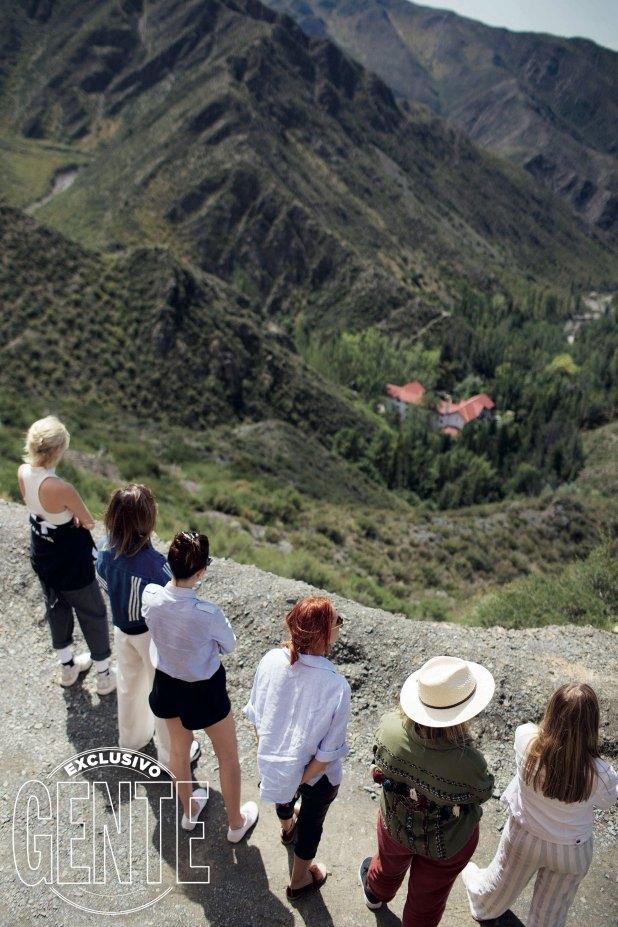 A 1900 metros de altura, las actrices observan el paisaje mendocino.