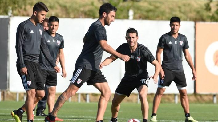 Exequiel Palacios volvió a hacer fútbol en espacios reducidos tras su fractura proximal en el peroné de su pierna derecha (@CARPoficial)