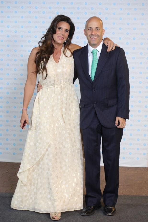 El intendente de Pilar, Nicolás Ducote, junto a su mujer Laura Zommer, periodista y directora de Chequeado