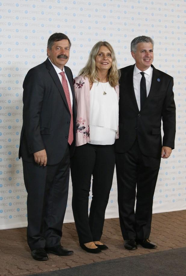 El periodista Román Lejtman junto a la diputada Cornelia Schmidt y al representante de la Argentina ante la OCDE, Marcelo Scaglione