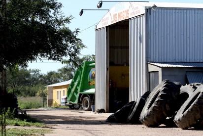 La Gomería Los Magos se ubica en el perímetro del pueblo. En el tinglado contiguo al establecimiento se produjeron los hechos (Fotos Mario Sar)