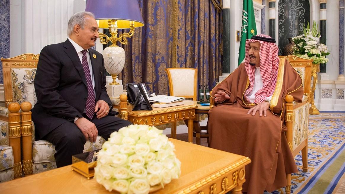 El rey Salman bin Abdulaziz de Arabia Saudita recibió a Jalifa Haftar en Riad el 27 de marzo (Reuters)