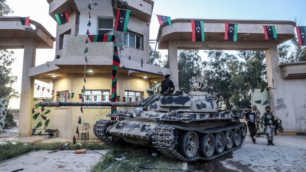 Un tanque del Ejército Nacional Libio en el campo de la Cuarta Brigada en Al-Aziziyah, ubicado unos 40 kilómetros al sur de Trípoli (AFP)