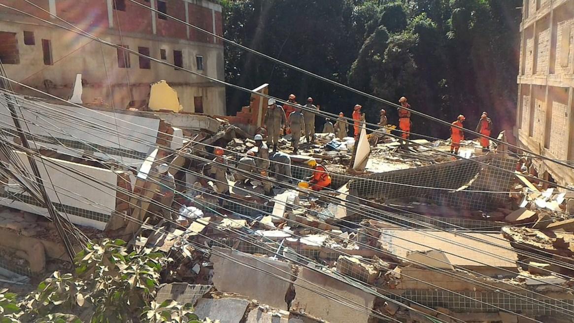 Los organismos de socorro trabajan en el lugar para rescatar a más personas (@OperacoesRio)