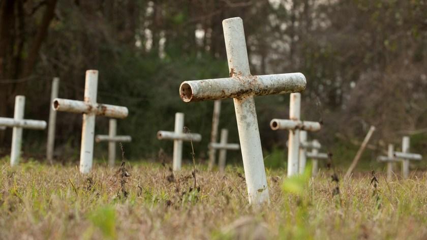 """Las cruces encontradas a un costado de la escuela-reformatorio para niños Arthur G. Dozier también llamado """"Casa blanca"""", no correspondían con los entierros encontrados, ni siquiera se encontraron registros bien documentados de los niños que fallecieron y los motivos Foto: (December 10, 2012. REUTERS/Michael Spooneybarger)"""