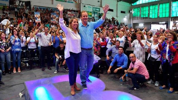 El gobernador de Entre Ríos, Gustavo Bordet, junto a su compañera de fórmula, Laura Stratta