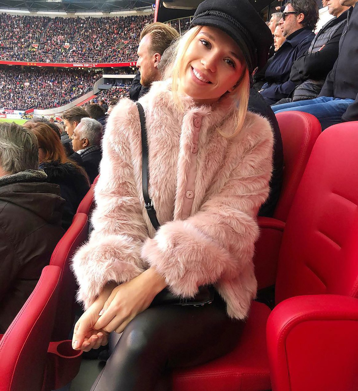 La modelo alamana Kira Winona en el estadio del Ajax apoyando a su novio David Neres