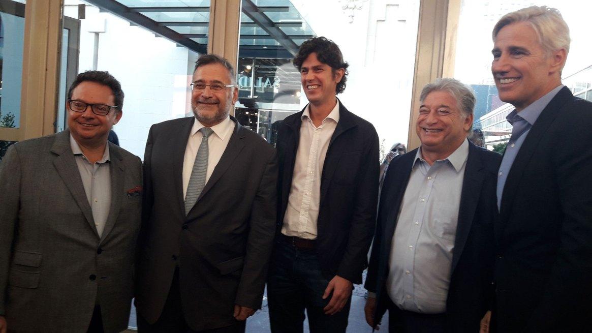 Martín Lousteau rodeado por Ariel Sigal, los hermanos Peralta y Marcelo Figueiras