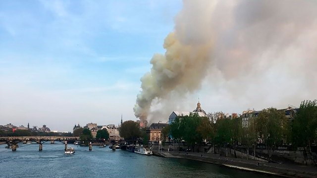 Un amplio operativo de bomberos intenta contener las llamas (AFP)