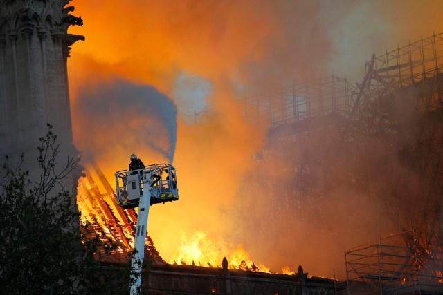 El presidente francés agradeció a los bomberos por su gran esfuerzo para contener las llamas(Fotos de EFE y AP)