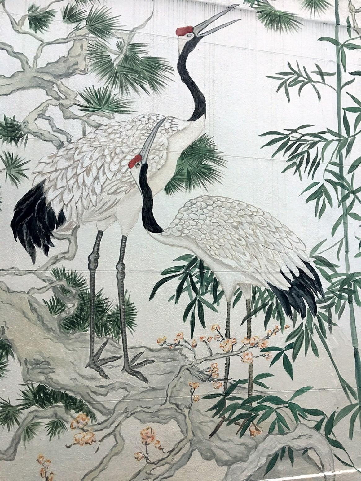 Un delicado motivo japonés le da un aire apacible y armónico a este mural.