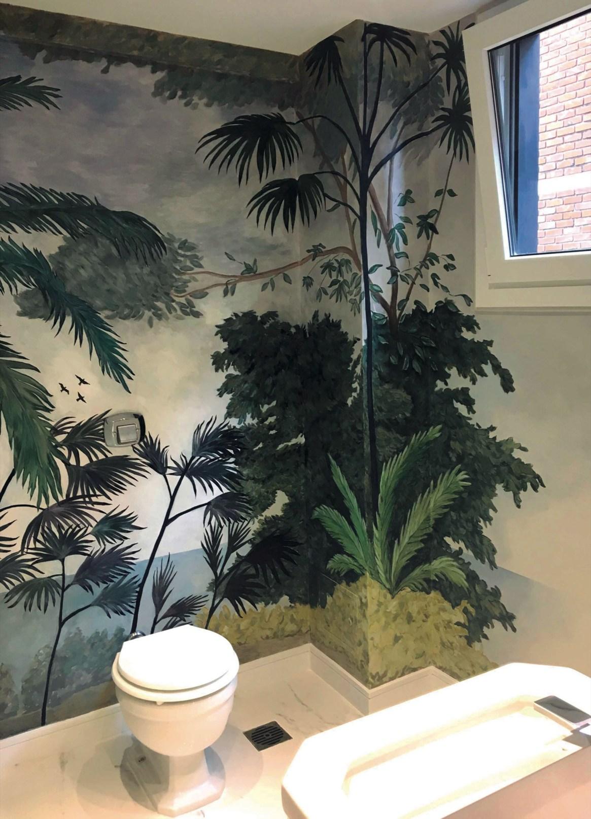 La dueña de este toilette quería sentir que desaparecían las paredes y el mural se armó con imágenes que ella seleccionó.