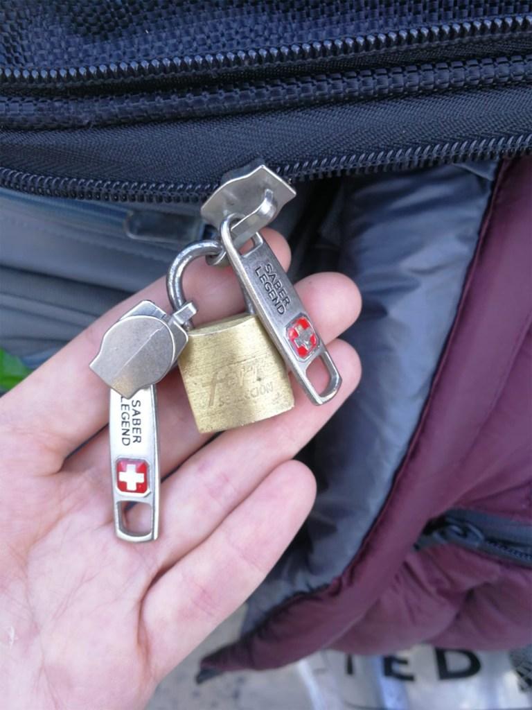 La mayoría de las valijas atacadas se abrieron al romper los cierres agarrados al candado