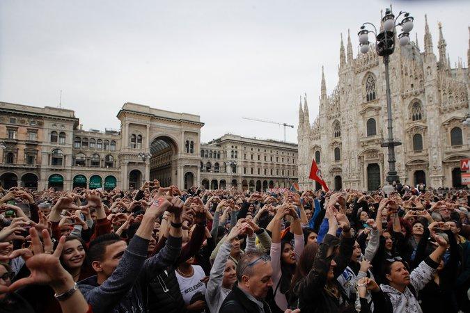 Simpatizantes de Salvini desdeñaron a los miles que protestaron en Milán en marcho contra lo que ellos consideran las políticas racistas del gobierno populista. (Luca Bruno/Associated Press)