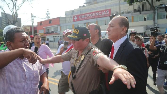 Simpatizantes apristas y opositores se enfrentan afuera del hospital Casimiro Ulloa, donde fue trasladado el ex presidente peruano Alan García(EFE/ Ernesto Arias)