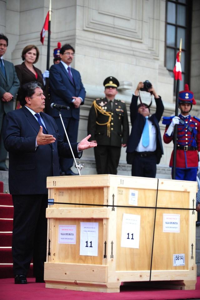García da un discurso junto a una caja de piezas arqueológicas de Machu Picchu devueltas por la Universidad de Yale, casi un siglo después del descubrimiento de la ciudadela inca
