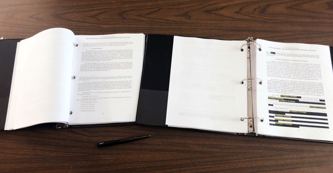 Una copia del informe del fiscal especial Robert Mueller fue entregada a los prensa en Washington D.C. el 18 de abril (REUTERS/Andrew Sullivan)