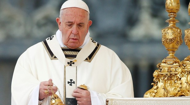 El papa Francisco celebrando la misa de Pascua en la Plaza de San Pedro (Reuters)