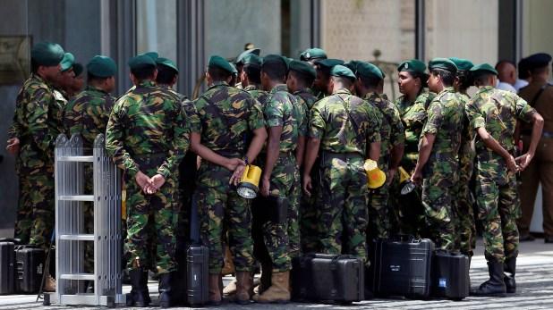 Personal de las fuerzas de seguridad ceilandesas en uno de los sitios atacados (Reuters)
