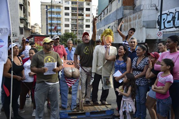 Simpatizantes chavistas usaron la imagen de Juan Guaidó y Donald Trump (AFP)