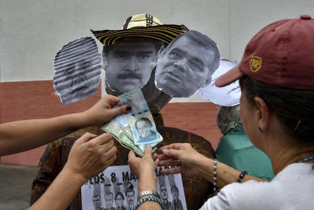 Los muñecos fueron adornados también con los devaluados bolívares (AFP)
