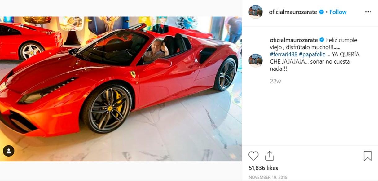 La dedicatoria de cumpleaños de Mauro para su padre, levantando el pulgar arriba de una Ferrari