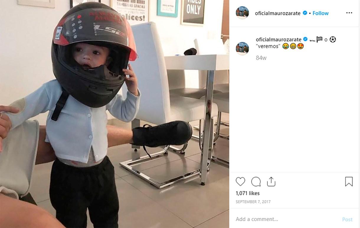 Mauro le probó el casco al pequeño Rocco y lanzó la pregunta: ¿elegirá el automovilismo o el fútbol?
