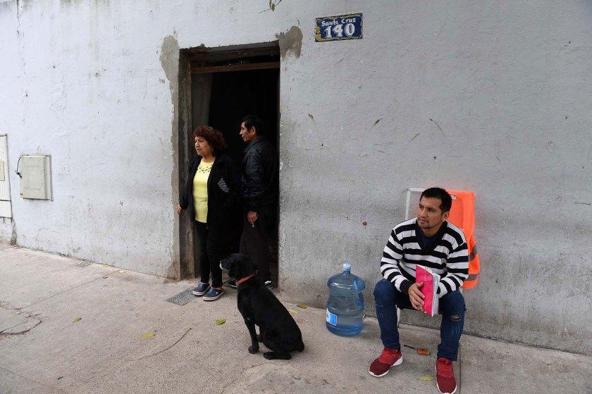 Susana Ordoñez, una de las referentes de Santa Cruz 140, en la puerta del edificio.